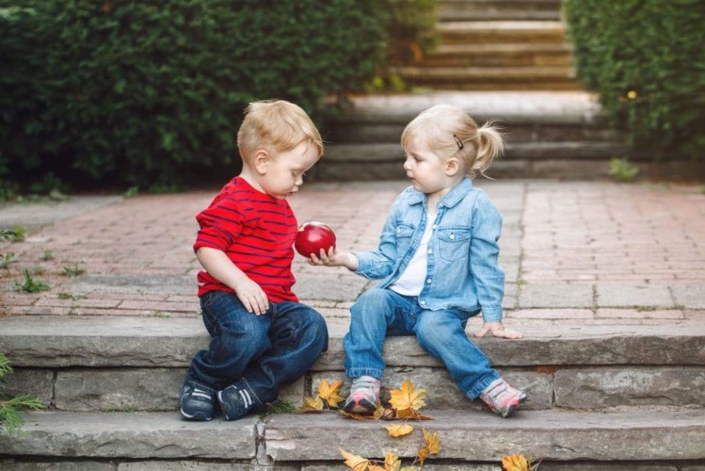 kids sharing apple 1068x713